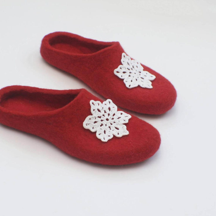 Felted red slippers for women with crocheted snowflakes - Woolen clogs for Christmas